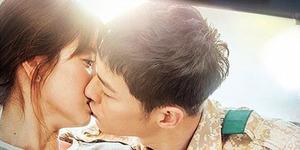 Song Joong Ki Cium Mesra Song Hye Kyo di Poster Descendants of The Sun