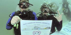 Unik, di Thailand 34 Pasangan Menikah Saat Valentine di Bawah Laut