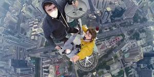 Video: 3 Pria Foto Selfie di Puncak Pencakar Langit