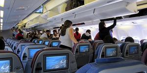 Alasan Lampu Pesawat Diredupkan Saat Mendarat
