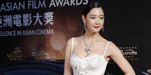 Clara Umbar Belahan Dada Seksi di Asian Film Awards 2016