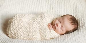 Cara Tepat Membedong Bayi