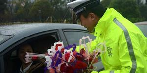 Dicegat Polisi Tiongkok Diberi Bunga, Kalo di Indonesia Dikasih Tilang