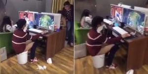 Gamer Ekstrem, Ngegame Sambil Berak di Warnet