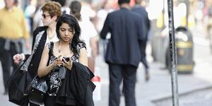 Jalan Kaki Sambil Main Ponsel Akan Dipenjara 15 Hari
