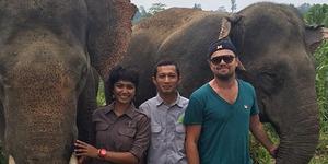 Leonardo DiCaprio Foto Bareng Gajah Sumatera di Aceh