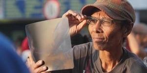 Lihat Gerhana Pakai Foto Rontgen, Pria Ini Jadi Sorotan Dunia
