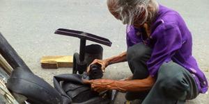Mbah Darmi, Nenek 86 Tahun Semangat Jadi Tukang Tambal Ban