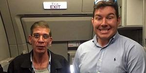 Nekat, Pria Ini Foto Bareng Pembajak Pesawat EgyptAir!