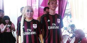 Pasangan Pengantin Kompak Pakai Jersey AC Milan