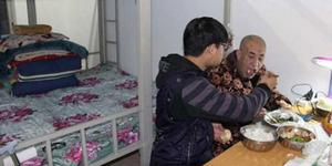 Teladan, Mahasiswa Ini Rawat Ayahnya Cacat di Kampus Tiap Hari