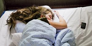 Tidur dengan Smartphone Sebabkan Gangguan Otak