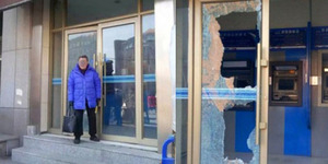 Uang Tak Kunjung Keluar, Nenek Emosi Mesin ATM Dipukuli Palu