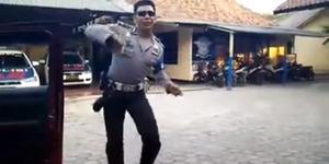 Video Kocak Polisi Mahir Goyang Sambalado
