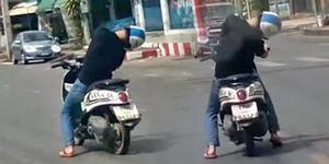 Biker Ngantuk Ketiduran di Motor Matic, Bangun Woy!