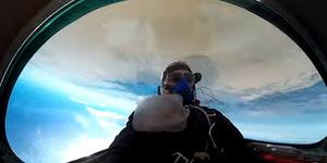 Catat Rekor Dunia, Pilot Ini Putar Pesawatnya 98 Kali di Udara