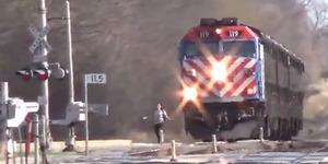 Ekstrem, Wanita Ini Nekat Nyebrang Rel Saat Kereta Melintas