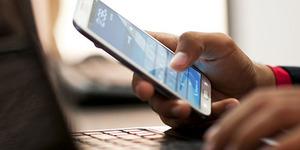 Facebook: Orang Indonesia Tatap Ponsel 3 Jam Sehari