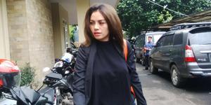 Foto Hot Nikita Mirzani Lupa Pakai Bra di Kantor Polisi
