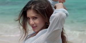 Foto Hot Sunny Leone Basah-Basahan di Pantai Untuk Iklan Kondom