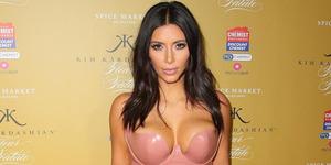 Foto Kim Kardashian Pamer Tubuh Seksi Usai Melahirkan