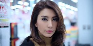 Foto Pamer Dada Seksi, Netter Khawatir Baju Tyas Mirasih Melorot