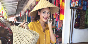 Foto Pia Alonzo Cantik Pakai Topi Caping di Indonesia