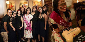 Foto Ratu Felisha Cemong Dapat Kue Bentuk Mr. P Saat Pesta Lajang