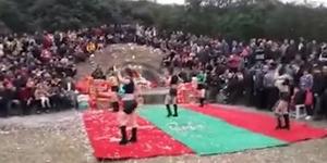 Heboh Video Gadis Seksi Asyik Ngedance di Kuburan China