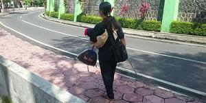 Netizen Heboh, Wanita Penjual Sapu yang Gendong Bayi Itu Buta