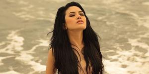 Lagi, Nikita Mirzani Pamer Foto Nyaris Bugil di Pantai