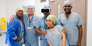 Operasi Kanker Pakai Headset Virtual Reality Pertama Sukses