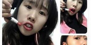Tren Pakai Lipstik dengan Tangan Melingkar ke Belakang