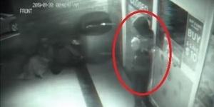 Video Pria Menembus Pintu Toko Hebohkan Dunia Maya
