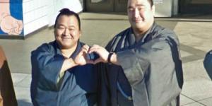 Sumo Jepang Berpose Unyu di Google Maps