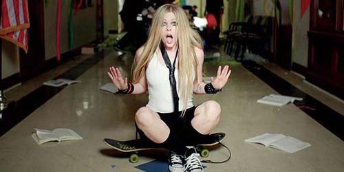 Avril Lavigne Main Skateboard di Video Here's To Never Growing Up