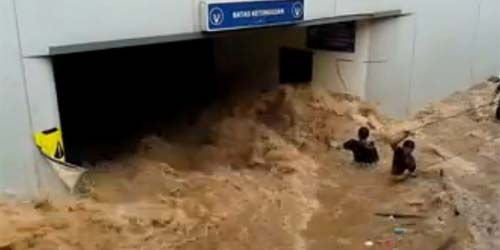 Evakuasi Korban Banjir 'Tsunami' di Basement UOB Plaza
