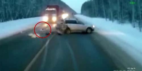 Keajaiban! Terlempar dari Mobil, Bayi ini Selamat dari Kecelakaan Maut