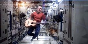 Astronot Chris Hadfield Bikin Video Klip Space Oddity di Luar Angkasa