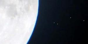 UFO Melintas di Bulan